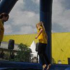 Hüpf mit im Trampolin