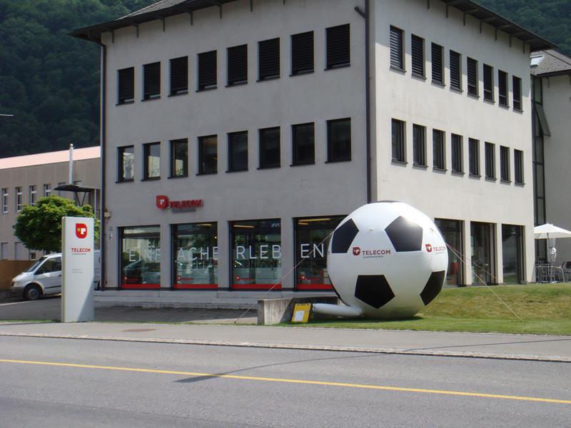 aufblasbarer xxl fussball für events mieten