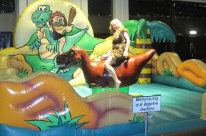 Dinorodeo - Dinosaurier Bullriding mieten