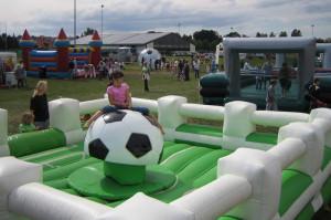 Fussball Rodeo - Bullenreiten auf einem Ball