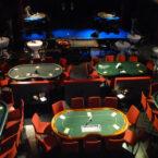 Mobiles Casino - Pokertisch mit Croupier