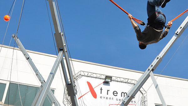 Bungee Soccer Action auf dem Trampolin